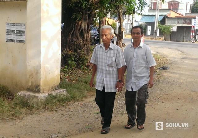 Đúng 7h30, ông Huỳnh Văn Nén cùng cha đã đến hội trường UBND thị trấn Tân Minh, H.Hàm tân, tỉnh Bình Thuận.