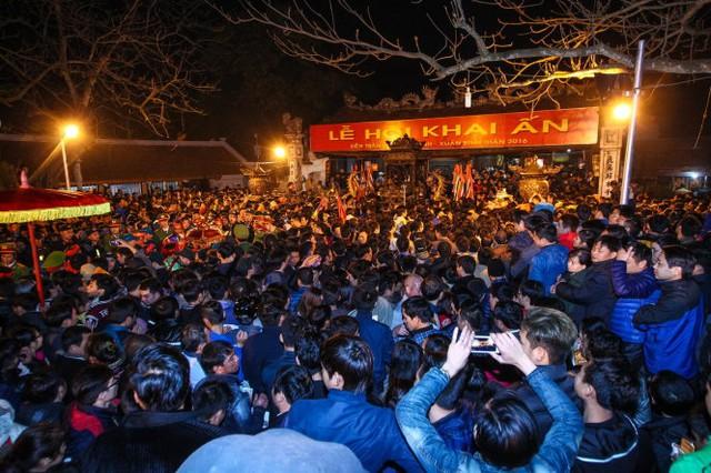 Đến rạng sáng 22-1, hàng nghìn người vẫn ở đền Trần gây ra tình trạng hỗn loạn, nhiều người bị kẻ gian móc túi - Ảnh: Nguyễn Khánh