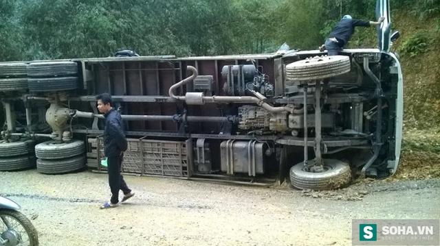 Chiếc xe tải bị lật chắn ngang đường tại xóm Bản Luồm