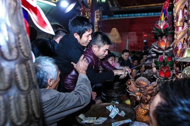 Nhiều người nhảy lên bàn thờ để đặt lễ - Ảnh: Nguyễn Khánh
