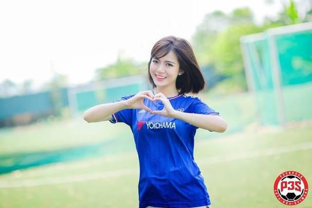 Tú Linh làm dấu trái tim với áo Chelsea (nguồn: Internet).