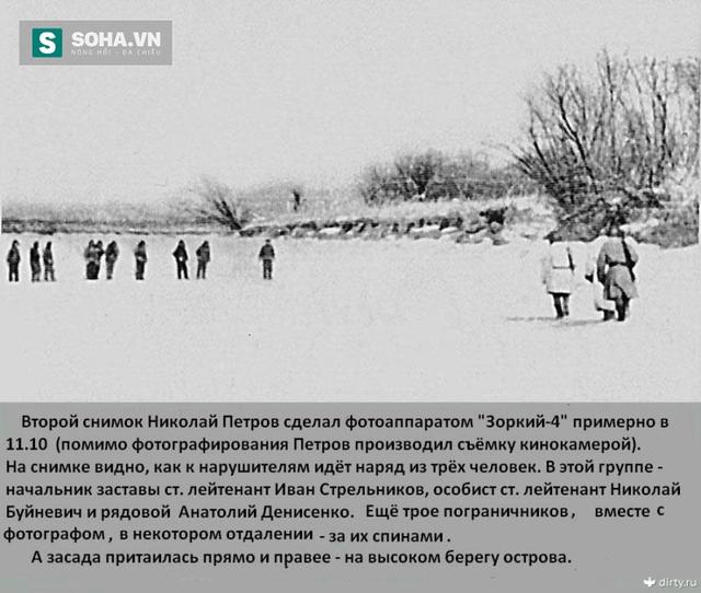 Bức ảnh do chiến sĩ Nikolai Petrov chụp lúc 11h10 ngày 2/3 cho thấy nhóm 3 chiến sĩ biên phòng Liên Xô đến gặp quân lính Trung Quốc khi chúng đã lấn sâu vào biên giới trên đảo Damansky. Dẫn đầu là thượng úy chỉ huy trạm biên phòng Ivan Strelnikov.