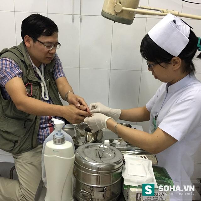 Nhà báo Đỗ Doãn Hoàng đang được các nhân viên y tế chăm sóc. (Ảnh do nhân vật cung cấp)
