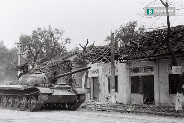 Xe tăng của Trung Quốc xâm lược tiến vào địa phận Lạng Sơn của Việt Nam trong Chiến tranh biên giới 1979, một trong vô số hình ảnh vạch trần cái gọi là Chiến tranh tự vệ chống Việt Nam mà Bắc Kinh rêu rao. (Ảnh tư liệu: Sina)