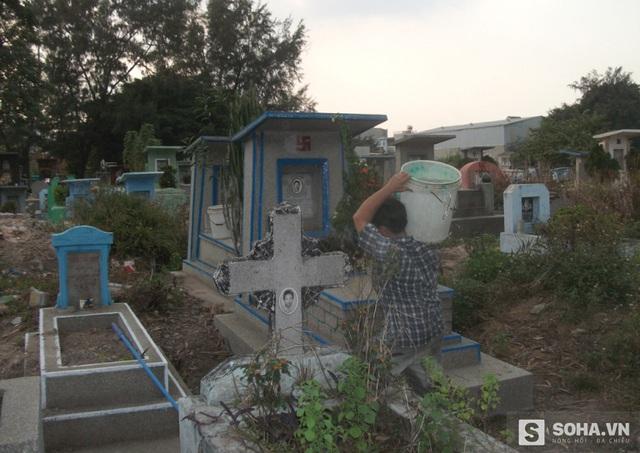Bà Nghĩa khiêng từng xô nước vào tận mộ