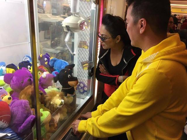 Khoảnh khắc ca sĩ Xin lỗi tình yêu chơi trò gắp thú trong trung tâm thương mại.
