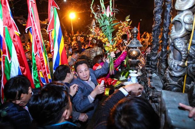 Khoảng 23g30 phút, đền Trần được mở cửa tự do, ngay lập tức hàng nghìn người dân lao vào cướp lộc trên các bàn thờ