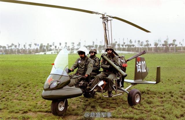 Kíp lái chỉ bao gồm 1 người và có thể chở thêm 2 binh sĩ ở ghế sau với trang bị đầy đủ. Theo như được biết, kiểu thiết kế mở này giúp binh lính thực hiện tốt nhiều nhiệm vụ như trấn áp bạo động, tuần tra biên giới hay đảm nhiệm cả vai trò máy bay huấn luyện...