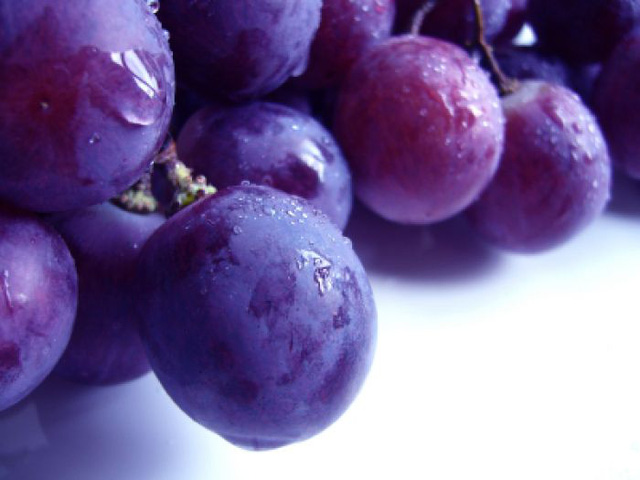 Các chất làm se có nhiều trong vỏ của nho tím và một số loại hoa quả khác. (Ảnh minh họa).