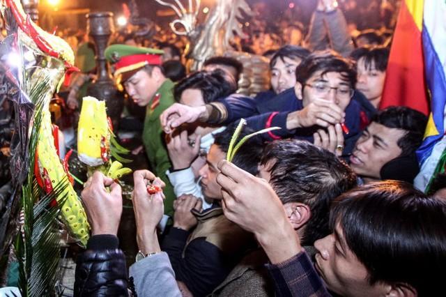 Những người chậm trễ hơn cũng cố mang về nhà những cành lộc dù là rất nhỏ - Ảnh: Nguyễn Khánh