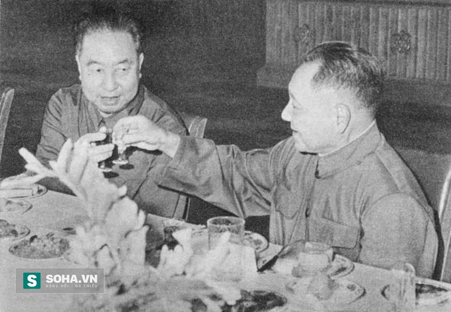 Hoa Quốc Phong (trái) và Đặng Tiểu Bình