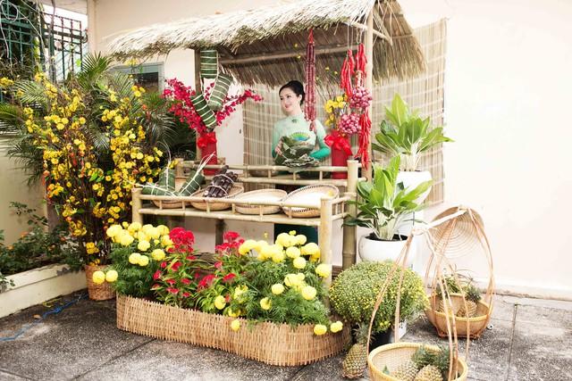 Để không gian sống tràn ngập sắc xuân, Giáng My còn chơi trội bằng việc làm hẳn chợ hoa Tết ngay tại nhà.