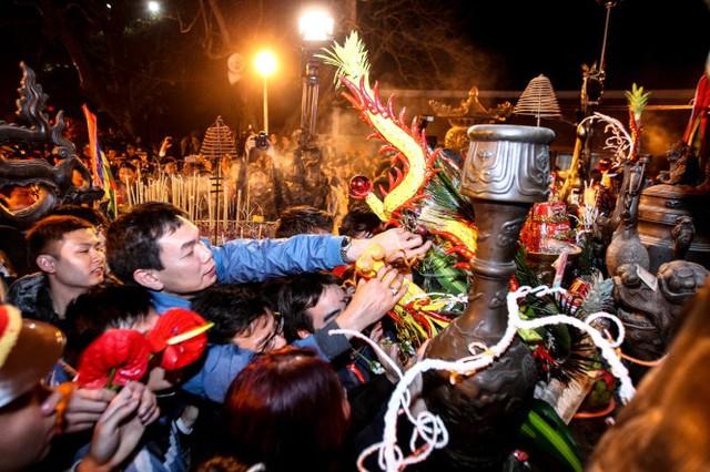 Những cành hoa trên bàn thờ là đối tượng bị cướp đầu tiên - Ảnh: Nguyễn Khánh