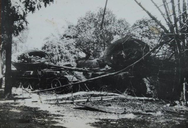 Xe tăng của quân xâm lược Trung Quốc bị quân dân ta bắn cháy ở Cao Bằng
