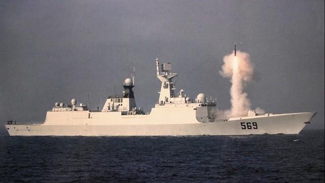 Hệ thống VLS sử dụng tên lửa phòng không tầm trung HQ-16. Một số nguồn tin cho rằng, HQ-16 là bản sao từ hệ thống phòng không đa kênh Shtil của Nga. Tên lửa có tầm bắn tối đa khoảng 40 km. Ảnh: Chinese Military Review