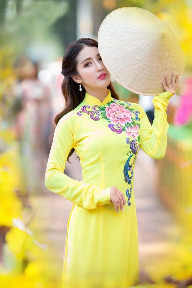Linh Napie diện áo dài sắc vàng tươi