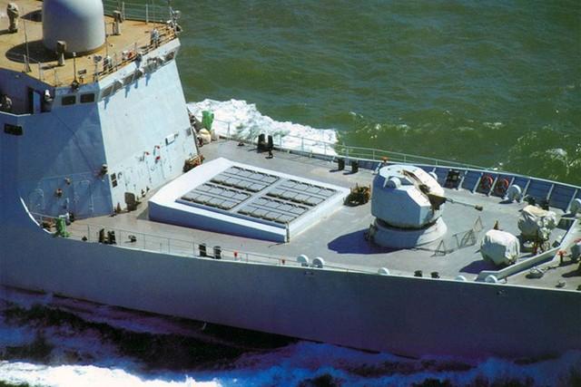 Với hệ thống tên lửa HQ-16, Type 054A có khả năng thiết lập ô phòng không ở cấp độ biên đội tàu. Type 054A sẽ kết hợp với tàu khu trục phòng không tầm xa Type 052D để bảo vệ cho nhóm tác chiến tàu sân bay Liêu Ninh. Ảnh: Jeffhead
