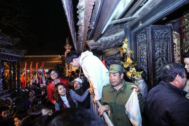 Một người đàn ông tươi cười khi lấy được cho mình một cành lộc từ trong điện thờ - Ảnh: Nguyễn Khánh