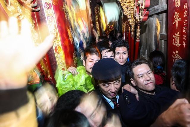 Không gian tại đền Trần tỏ ra quá nhỏ bé so với quy mô của đám đông, cảnh chèn ép là không thể tránh khỏi - Ảnh: Nguyễn Khánh