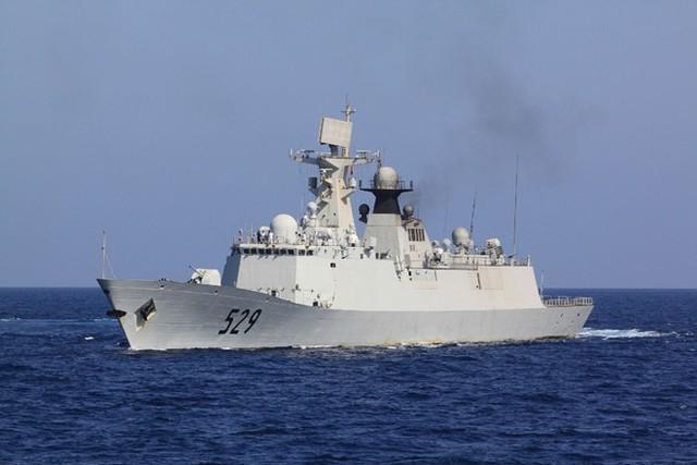 Hệ thống cảm biến của Type 054A gồm: Radar tìm kiếm mục tiêu đường không Type 382 lắp trên đỉnh tháp radar chính. Radar tìm kiếm mục tiêu và dẫn đường cho tên lửa chống hạm Type 344. 4 radar điều khiển hỏa lực Type 345. Ảnh: Sino Defence