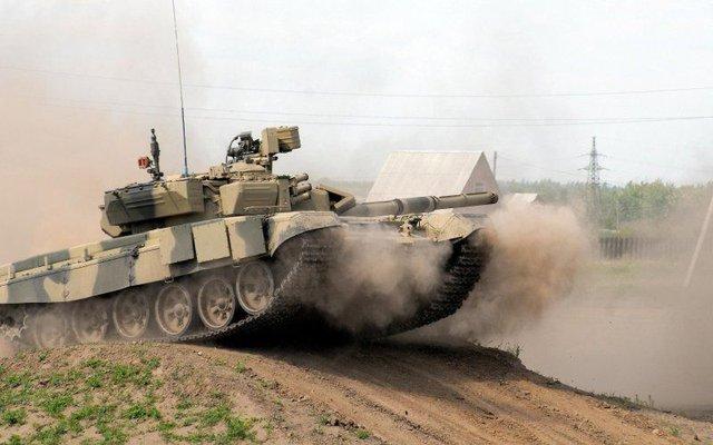 Xe tăng T-90 của Nga thực hành cơ động.