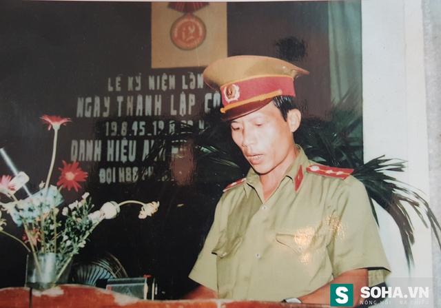 Đội trưởng H.88 Nguyễn Trường Tam thay mặt đội đón nhận danh hiệu Anh hùng LLVTND năm 1990 (Ảnh nhân vật cung cấp)
