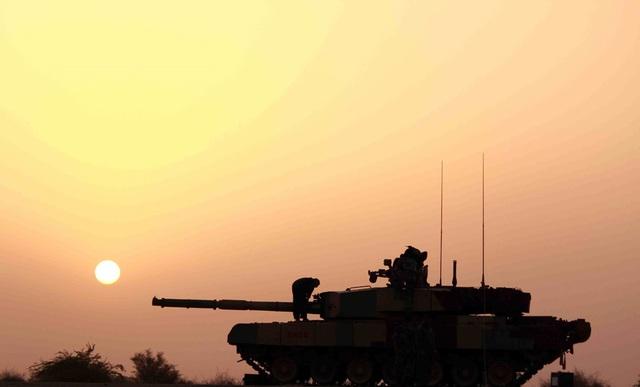 Một chiếc xe tăng của Ấn Độ hoạt động trong điều kiện ánh sáng hạn chế.