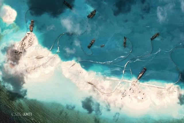 Ảnh vệ tinh chụp ngày 9/4/2015 cho thấy các tàu Trung Quốc hút cát để bồi lấp đảo nhân tạo trái phép ở bãi Vành Khăn, thuộc quần đảo Trường Sa của Việt Nam. (Ảnh: CSIS/AMTI)