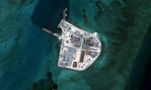 Ảnh vệ tinh ngày 27/5/2015 chụp đảo nhân tạo do Trung Quốc bồi lấp trái phép trên đá Gạc Ma xâm chiếm của Việt Nam. (Ảnh: CSIS/AMTI)