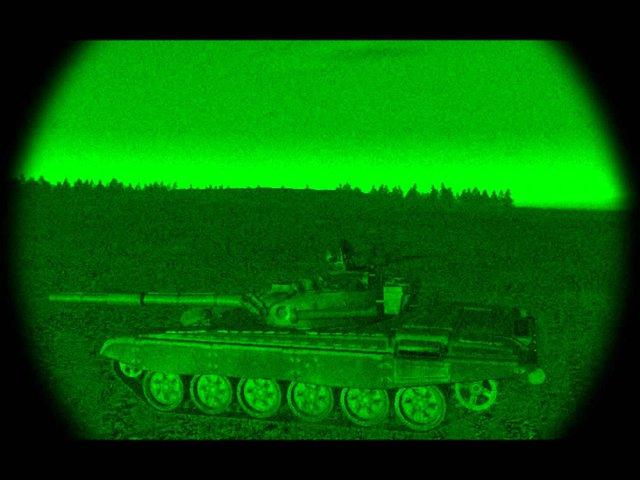 Một chiếc xe tăng T-72 qua kính nhìn đêm.
