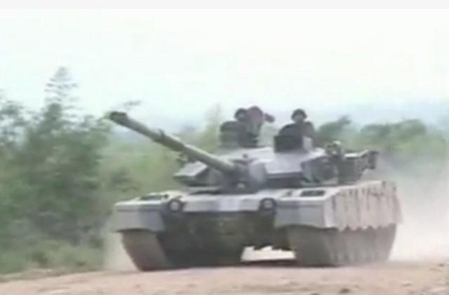 Chiếc xe tăng chiến đấu chủ lực tốt nhất của Lục quân Myanmar chính là MBT-2000 (hay còn gọi là VT-1A, Al Khalid) do Trung Quốc và Pakistan hợp tác chế tạo.  MBT-2000 được trang bị pháo nòng trơn 125 mm với hệ thống nạp đạn tự động, kèm theo giáp phản ứng nổ tiên tiến và động cơ công suất 1.200 mã lực vô cùng mạnh mẽ.