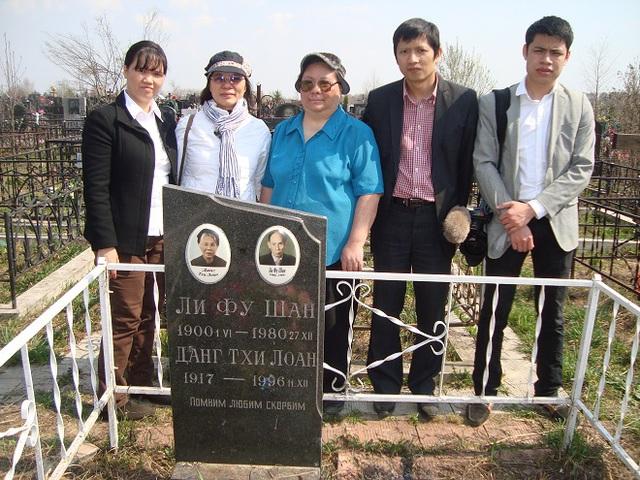 Chị Lê Thị Phượng (thứ ba từ trái sang) bên mộ cha mẹ ở nghĩa trang Krasnogorskoe