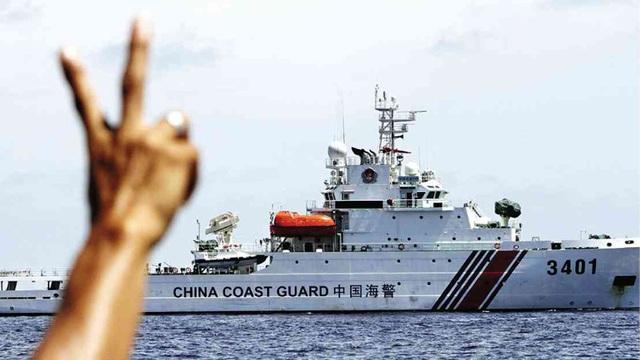Tàu hải cảnh Trung Quốc tìm cách ngăn cản tàu Philippines tiếp tế cho chiếc tàu BRP Sierra Madre bị mắc cạn ở bãi Cỏ Mây, thuộc quần đảo Trường Sa của Việt Nam. (Ảnh: Inquirer)