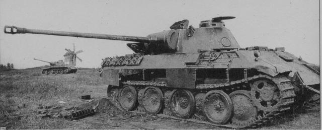 Một chiếc Panther bị bắn cháy trong trận Kursk năm 1943