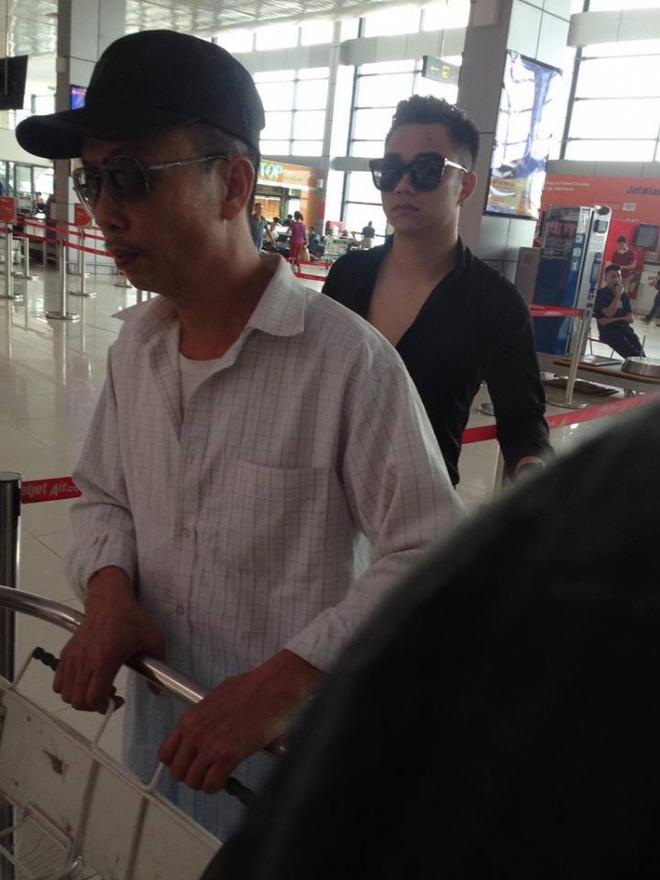 Tuy nhiên mới đây, khi xuất hiện ở sân bay Nội Bài, bên cạnh Hữu Công đã xuất hiện một cô gái lạ mặt xinh đẹp.
