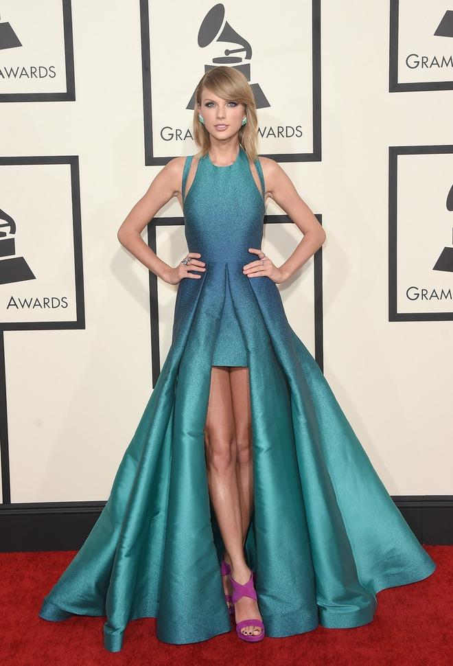 Grammy 2016, Taylor Swift lột xác hoàn toàn khi diện bộ đầm Elie Saab gam xanh lộng lẫy.