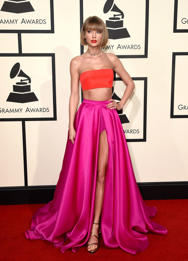 Bộ trang phục thứ hai cũng cực kỳ ghi điểm của Taylor: crop-top và chân váy xẻ quyến rũ của Atelier Versace, trang sức Lorraine Schwartz, giày cao gót Stuart Weitzman.