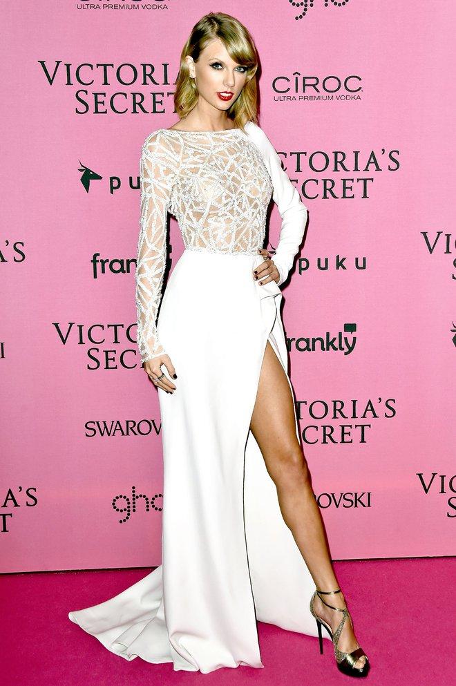 Tạo dáng theo phong cách Angelina Jolie huyền thoại, Taylor vẫn rất hot.