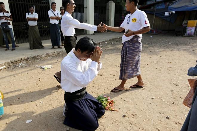 Một sinh viên cầu nguyện bên ngoài nhà tù sau khi được ân xá - Ảnh: Reuters