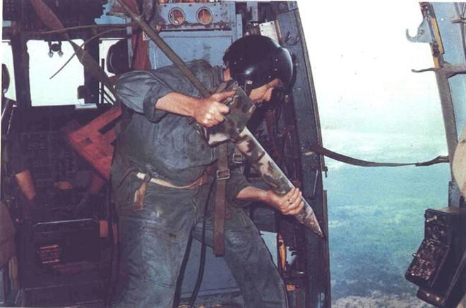 Lính Mỹ chuẩn bị thả cây nhiệt đới từ trên máy bay xuống đường Trường Sơn