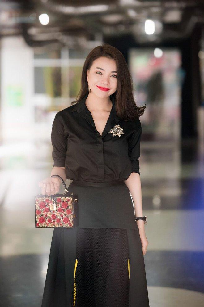 Trà Hằng tới sự kiện với trang phục đen, không cầu kỳ nhưng sang trọng.