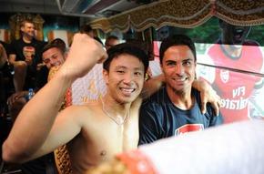 CĐV Việt Nam đón Arsenal