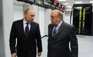 """Hội nghị ASEAN: Kì lạ ánh lườm """"lạnh như băng"""" của Phó TT Mỹ khi trò chuyện cùng TT Putin"""