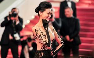 Cận cảnh khoảnh khắc lật mặt như bánh tráng của Jessica khi bị đuổi khéo vì câu giờ tạo dáng trên thảm đỏ Cannes - ảnh 1