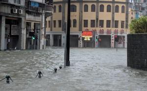 Bão Mangkhut mạnh kinh hoàng ở HK: Gió giật khiến nhà cao tầng chao đảo như có động đất nhẹ - ảnh 2