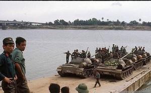QĐND Việt Nam chở xe tăng qua sông bằng thuyền gỗ: Chuyện có một không hai trên TG - ảnh 4
