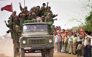 QĐND Việt Nam chở xe tăng qua sông bằng thuyền gỗ: Chuyện có một không hai trên TG - ảnh 5