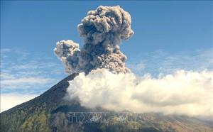 Indonesia: Núi lửa phun trào, cột bụi cao 2km, hàng nghìn mặt nạ chống độc được phát cho người dân - ảnh 1