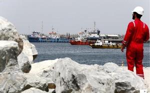Giá dầu châu Á tăng vọt sau sự cố tàu chở dầu tại Vịnh Oman - ảnh 1