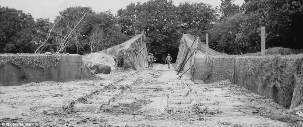 Các binh sĩ kiểm tra một bệ phóng ở Brix (Pháp), 2 tuần sau khi quân Đồng mình tiến vào nước này.